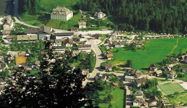 Der Campingplatz Klausner Höll befindet sich unmittelbar vor dem Parkplatz P1 in Hallstatt Lahn. (© Camping Klausner-Höll)