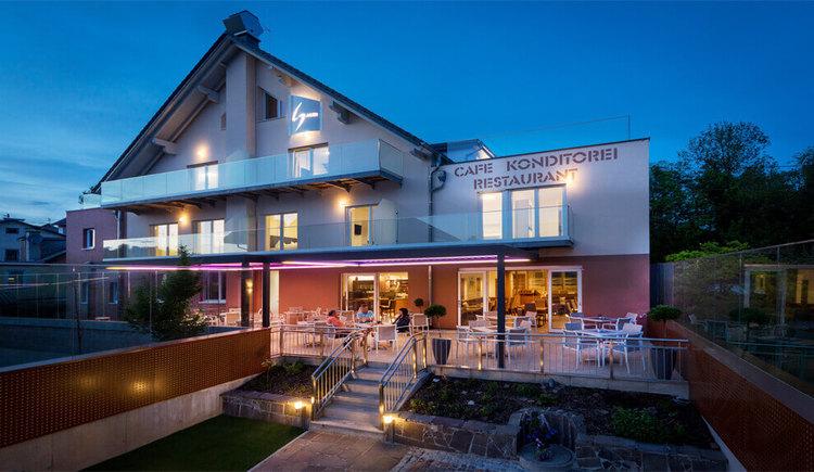 Hotel Restaurant Cafe Sailer in Seewalchen am Attersee Abendansicht