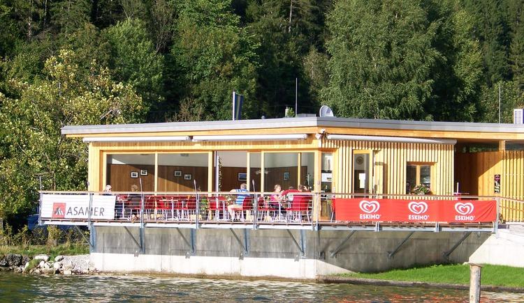 Seecafé Obertraun, mit schöner Terrasse auf den See hinaus. (© Johann Immervoll)