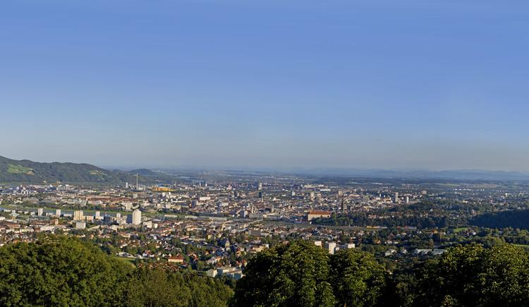 Panoramaaufnahme Donausteig - Blick vom Pöstlingberg auf Linz.