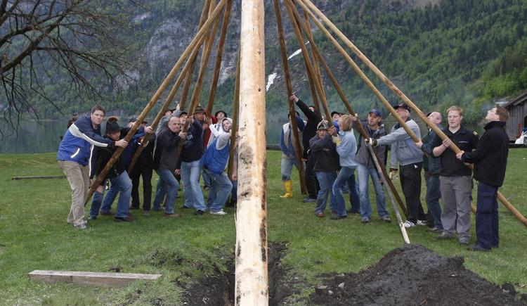 Die Hallstätter stellen den Maibaum traditionell auf der Badeinsel auf.