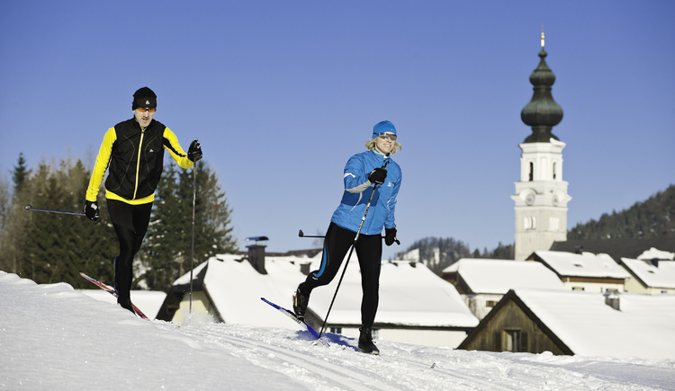 Village trail with a view to the church (© Fuschlsee Tourismus GmbH / Erber)