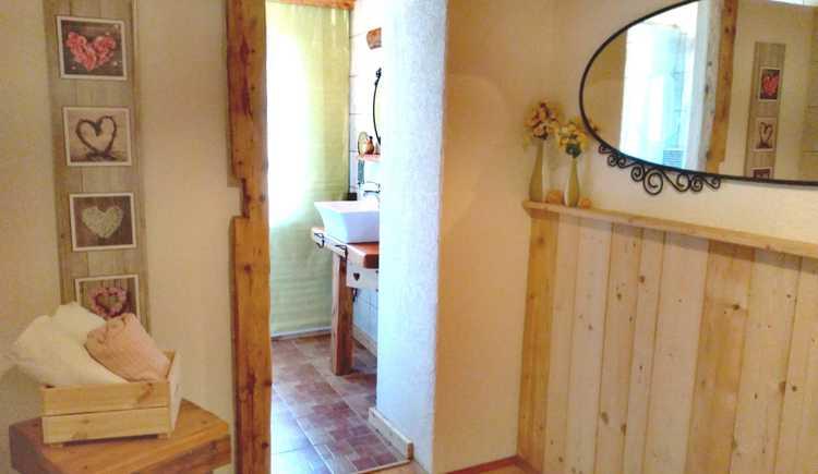 Eingangsbereich zum Badezimmer mit Dusche. (© Ronny Wassermeyer)