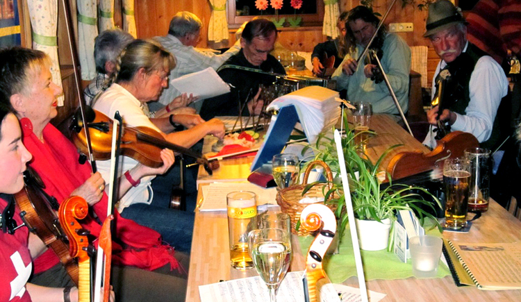 Genussgeigerei - Every first Thursday of the month, musicians, mainly violinists, meet at an inn in the Salzkammergut or in the Anzenaumühle open-air museum to play music together, to exchange music and to learn playing techniques from each other.
