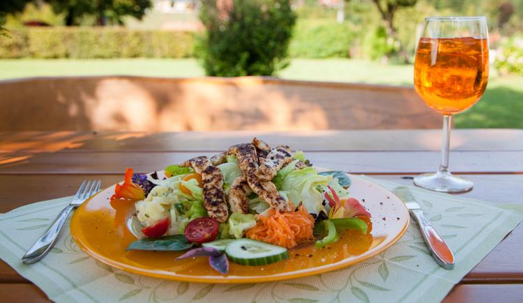 G´schackiger Salat mit Putenstreifen. (© TV Nationalpark Region Ennstal/Melanie Eichenauer)