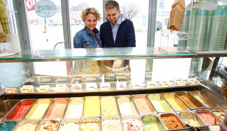 Frau und Mann wählen vor Eisvitrine bei CORSO Eiscafe Perg. (© Boris Mitterlehner - Stadtmarketing PERG)