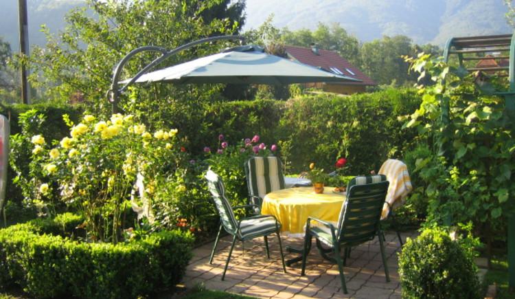 Relax in the lovingly landscaped garden of Ferienwohnung Sam in Bad Goisern.