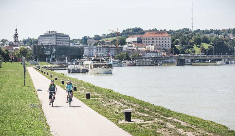 Radfahren am Donauradweg in Linz. (© Oberösterreich Tourismus GmbH/Moritz Ablinger)