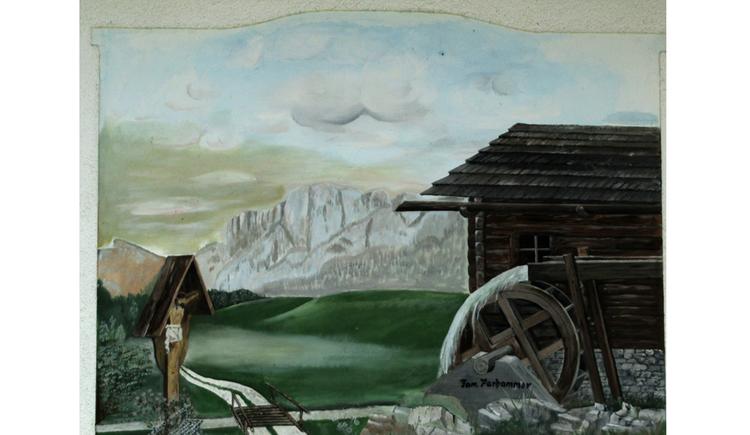 Blick auf ein Bild, Holzmarterl, Hütte, im Hintergrund Berge