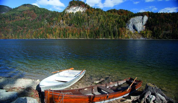 Schwarzensee mit Ruderbooten im  Vordergrund