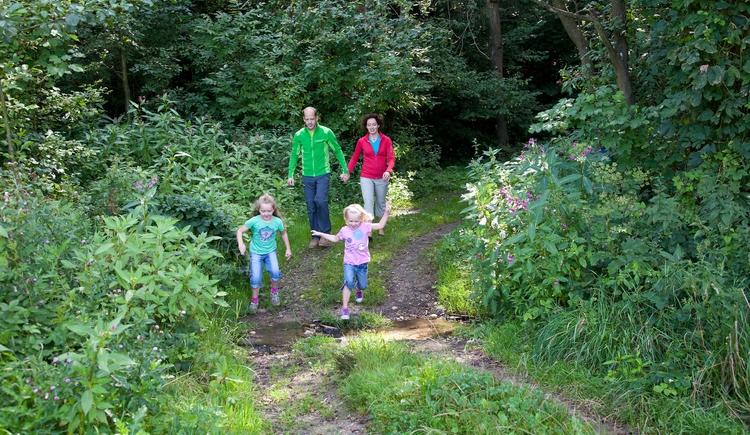 Familien wandern auf Perger Wegen