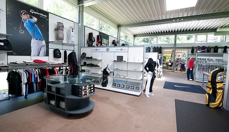 Auf 450 m2 wird alles geboten, was das Golferherz begehrt. Wir führen alle aktuellen Modelle der internationalen Top-Marken Taylor Made, PING, Nike, Callaway, Srixon, Wilson und Yes. Abgerundet wird unser umfangreiches Sortiment durch eine große Auswahl an Bags, (E-) Trolleys, Bällen und Accessoires. Im Fashionshop präsentieren wie auf 100 m2 Top-Golfmode von Golfino, Alberto und Chervò. (© Laimer4Golf GmbH)