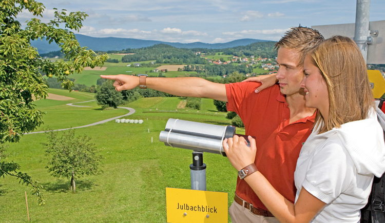 Ein Pärchen bei einer Guckerstation (Gucker = Fernglas) mit wunderschöner Aussicht über die hügelige Landschaft bei Julbach. (© Ferienregion Böhmerwald | Weissenbrunner)
