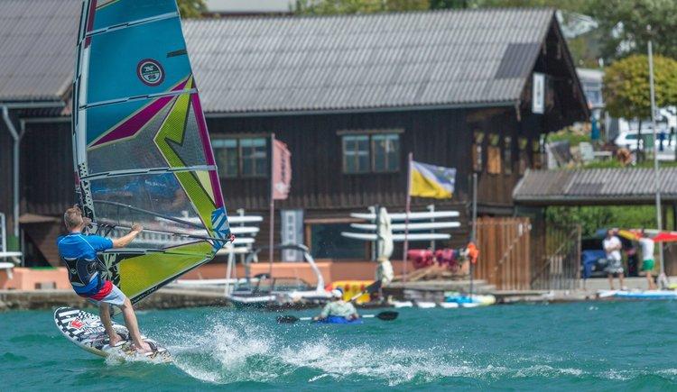 Sportcamp Raudaschl Surfer vor Steg. (© Sportcamp Raudaschl Mirja Geh)