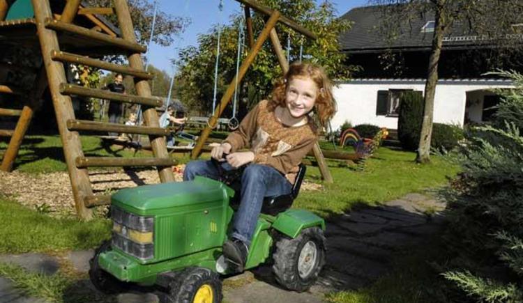 Spielplatz mit Traktor (© Unteres Feld)