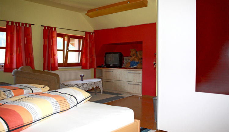 Liebevoll eingerichtetes Zimmer in der Ferienwohnung. (© Margit Gamsjäger)