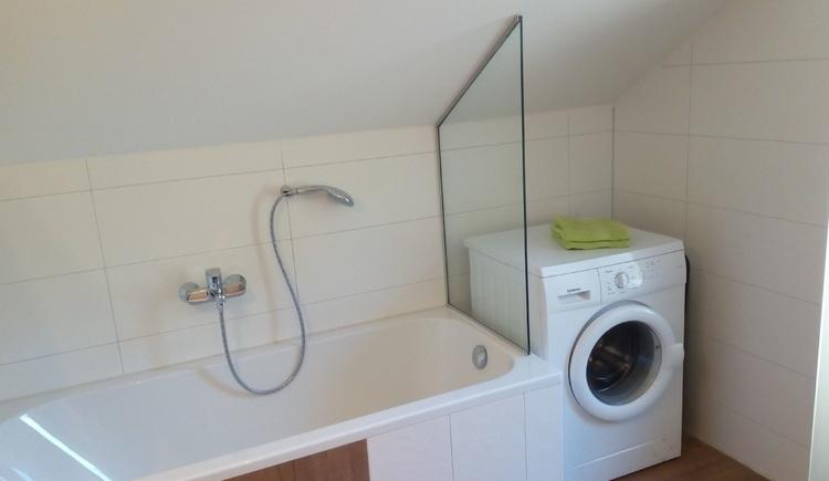 Genügend Platz finden Sie im komplett neuen Badezimmer mit Waschmaschine.
