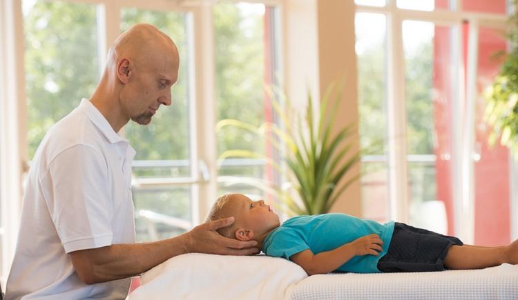 Craniosakrale Therapie bei Säuglingen und Kleinkindern. (© Guenter Wohlschlager)