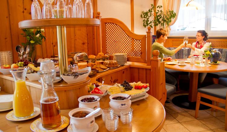 Reichhaltiges Frühstücksbuffet - bei warmen Temperaturen kann man bereits am Morgen die Natur mit großen Garten rund um unsere Frühstücksterrasse genießen. (© Pension Knoll)
