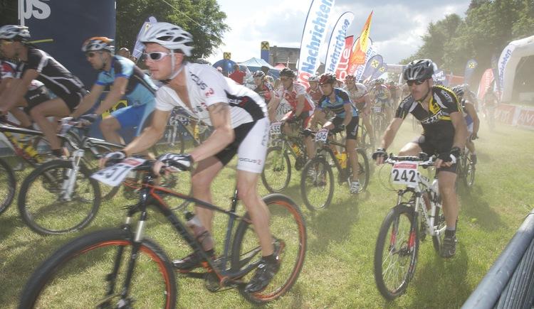 Weltklasseathleten und Hobbybiker beim Start zum legendären Granitmarathon (© SK Kleinzell)