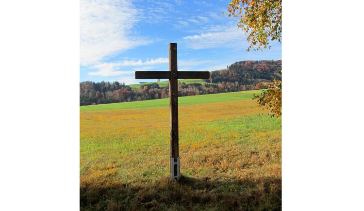 Blick auf ein Kreuz in der Wiese