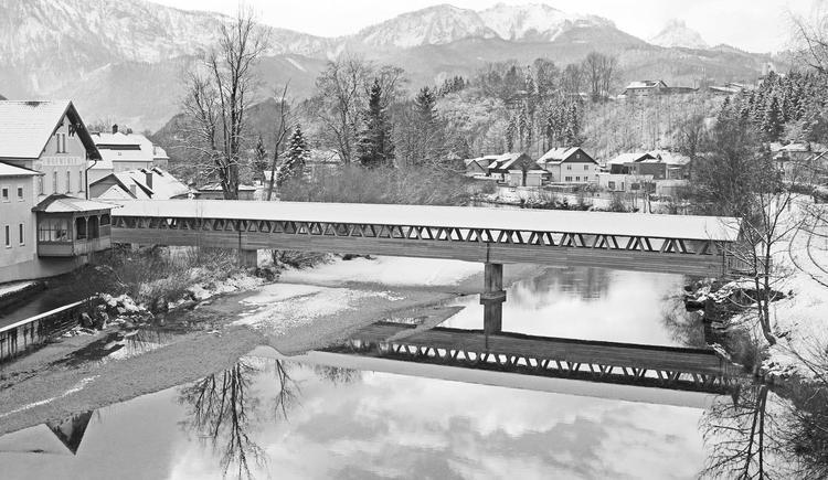 Hofmühlersteg im Winter in Schwarz-Weiß (© Foto Holzbau Bammer Scharnstein)