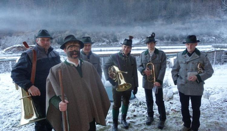 Die Trachtenmusik Gosau entbietet der Hütte den Neujahrsgruß. (© Knappe / Benesteem)