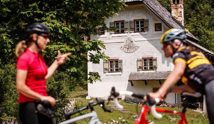 Biker vor dem Schleusengebäude der Chorinskyklause. (© bikeboard.at Erwin Haiden)