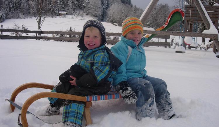 Schlittenfahren, Schnee, Baiuernhof, Kinder