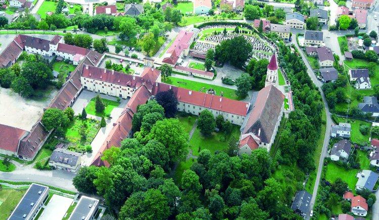 Luftaufnahme Privatzimmer Robert Frank mit dem ehemaligen Chorherrenstift der Augustiner