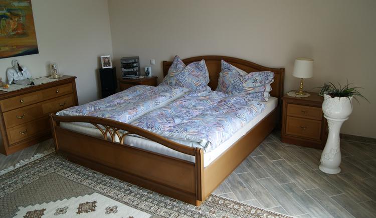 Schlafzimmer mit Doppelbett und Kommode