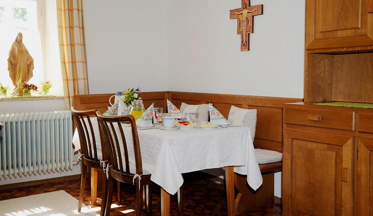 Pilgerzimmer im Kloster Maria Schmolln - Frühstückstisch