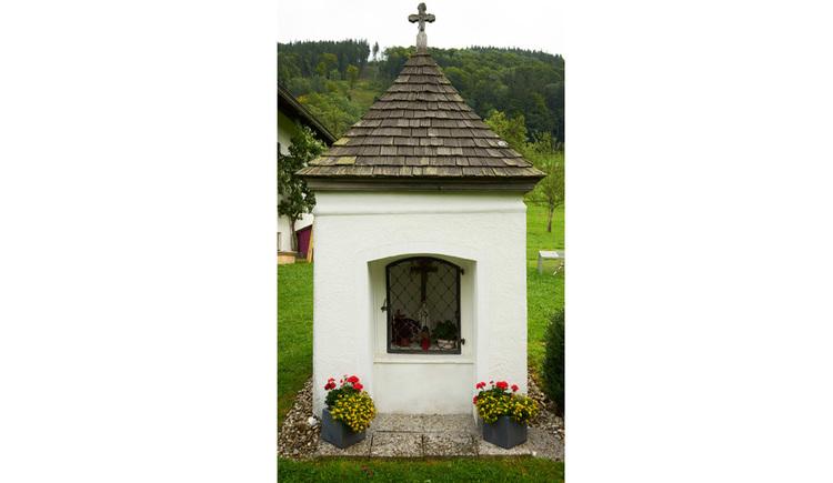 Blick auf die Kapelle, im Vordergrund Blumen