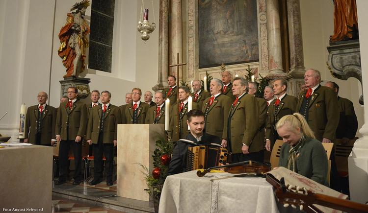 Musiker stehen in der Kirche. (© Tourismusverband MondSeeLand)