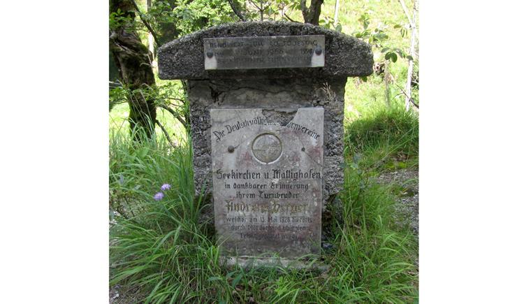 Blick auf eine Stein-Gedenktafel