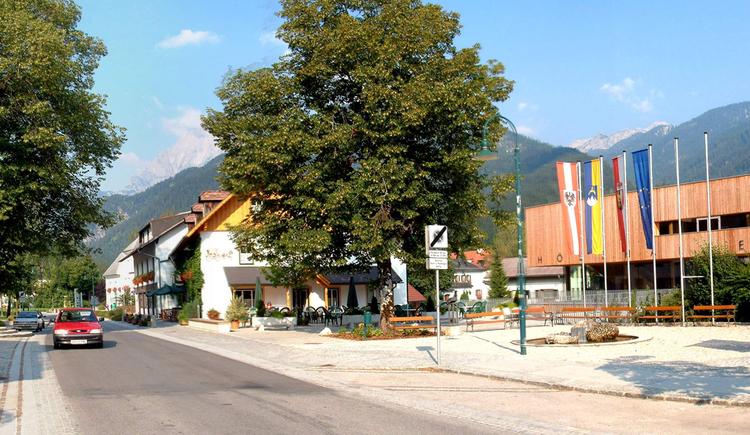 Dorfplatz Hinterstoder im Sommer (© Gemeinde Hinterstoder/Schachner)