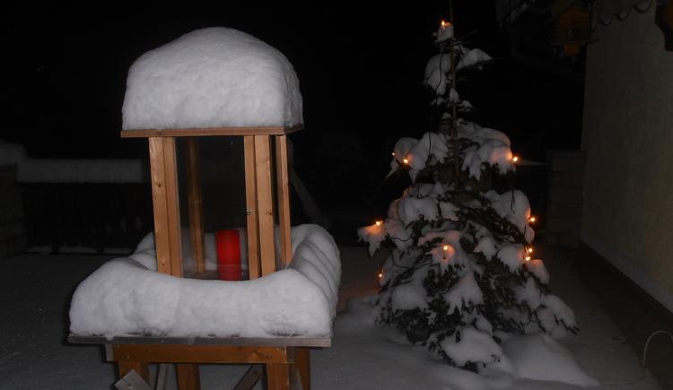 Winteransicht mit Laterne und Christbaum