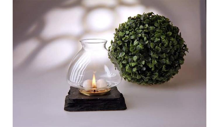 Teelichthalter, Teelicht, Buchskugel im Hintergrund