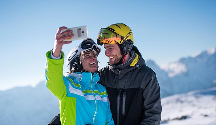 Paar beim Selfie-machen in der Skiregion Hinterstoder-Wurzeralm (© David Lugmayr)