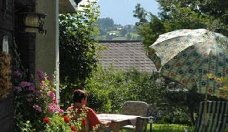 Terrasse mit Blick auf den Traunstein (© Ferienwohnung Familie Schögl - Bauernhof Kreit)