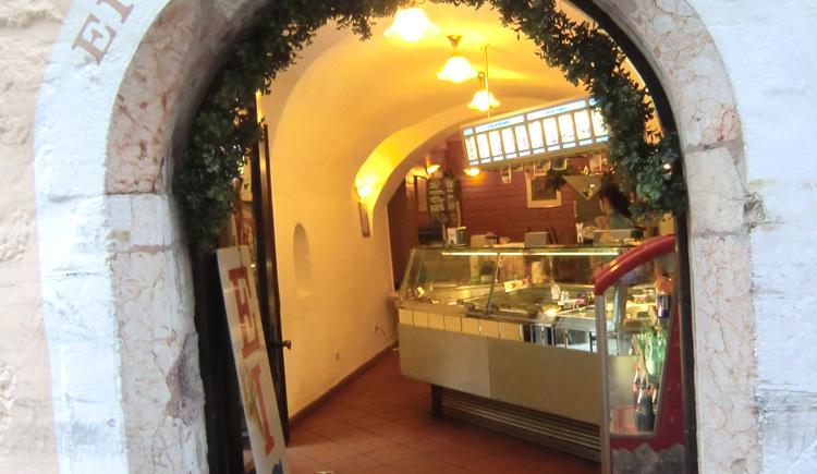 Join a fresh ice cream of the Salon Giovanni on the historical market square in Hallstatt.