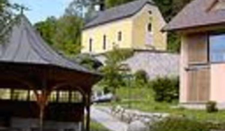 Kirche Ebenau und Brunnengarten (© TVB Ebenau)