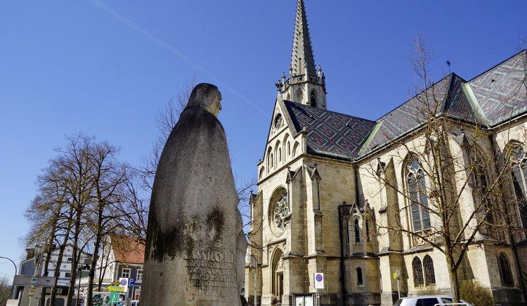 """Stadtpfarrkirche und \""""Weißer Riese\"""""""