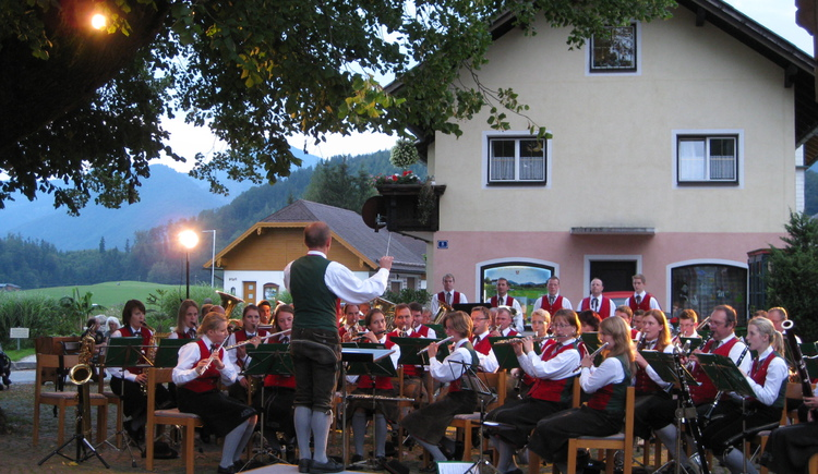 Konzert der Trachtenmusikkapelle im Schatten der Dorflinde (© Tourismusverband Faistenau)