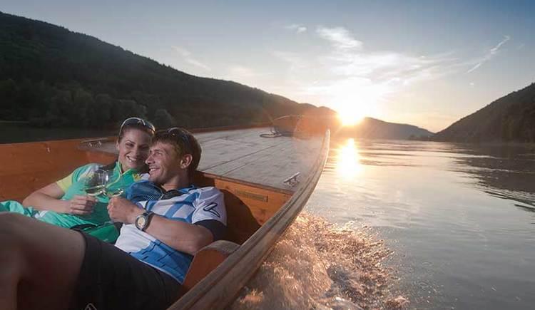 unterwegs mit der Zille in den Sonnenuntergang auf der Donau bei Niederranna (© OÖ Touristik/Himsl)