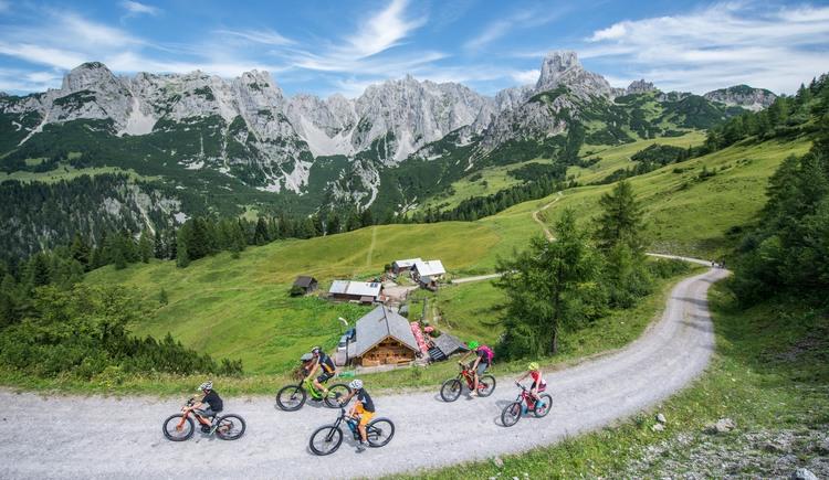 Einzigartiges Bergpanorma entlang der Alpenmountainbiketour Dachsteinrunde. (© Michael Werlberger)
