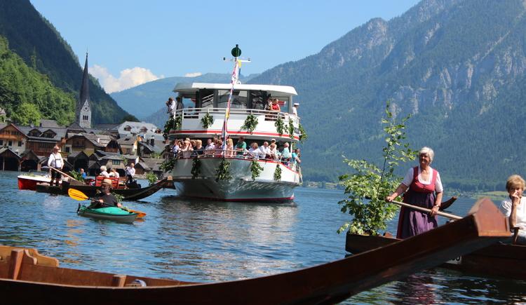 Geschmücktes Ausflugssschiff. (© Tourismusverband)