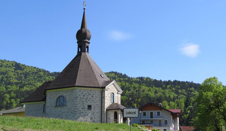 Das Foto zeigt die kleine Kirche in der Ortschaft Loibichl. Dieses sakrale Bauwerk ähnelt eher einer größeren Kapelle. (© www.mondsee.at)