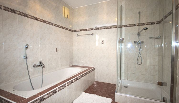 bathroom with bathtub - Apartment Hausjell Bad Goisern