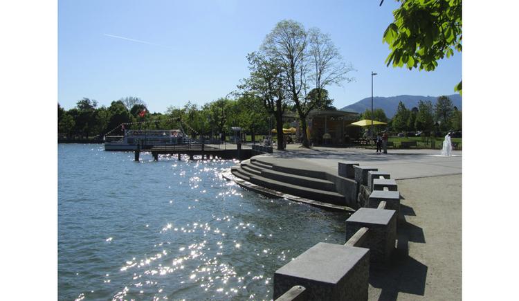 Blick auf die Promenade und seitlich der See